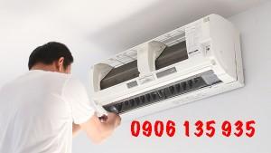 Công nhân đang vệ sinh điều hòa nhiệt độ