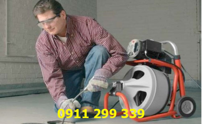 Sử dụng máy dò tìm để xác định vị trí đường ống cống bị tắc